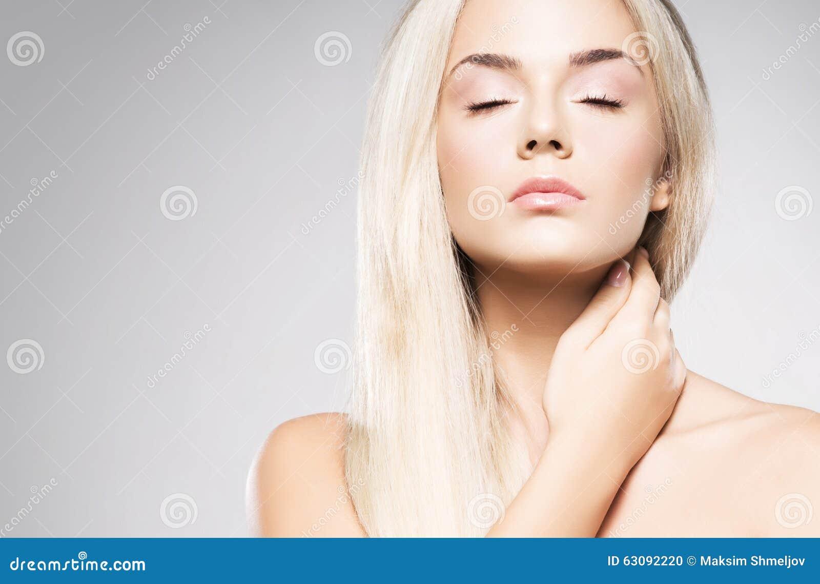 Download Verticale D'une Jeune Femme Blonde Photo stock - Image du visage, mignon: 63092220