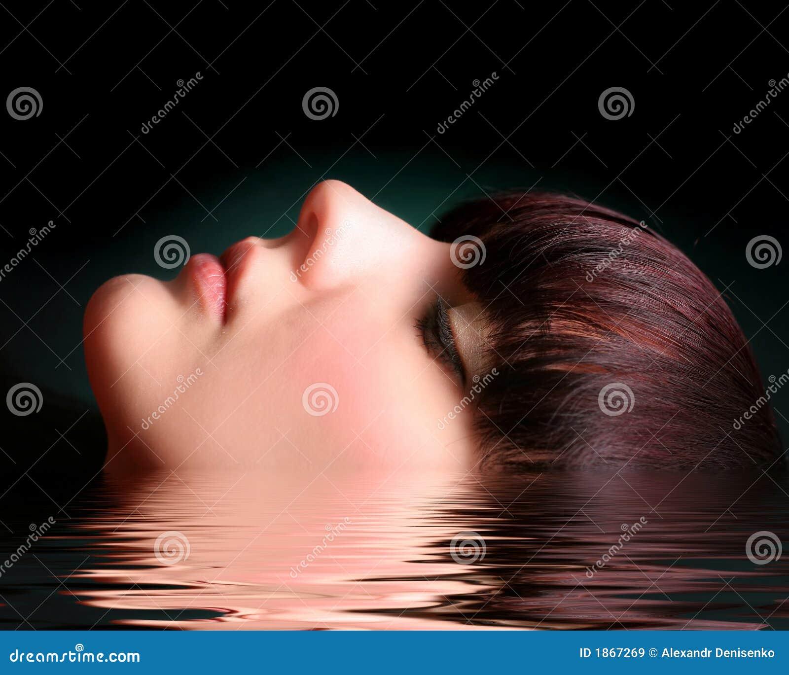 Verticale d une jeune femme sexy dans l eau