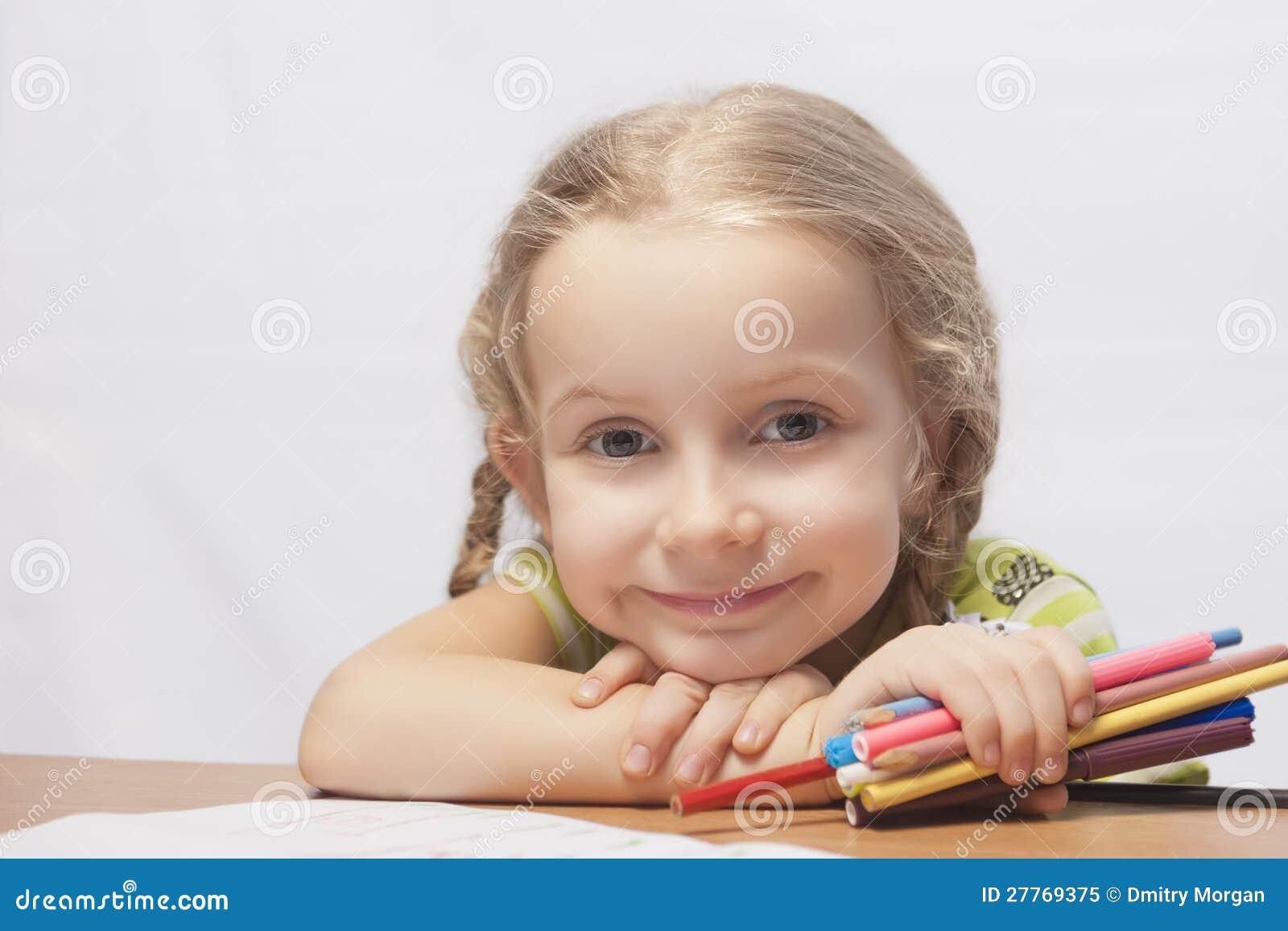 Verticale d une petite fille blonde avec des crayons
