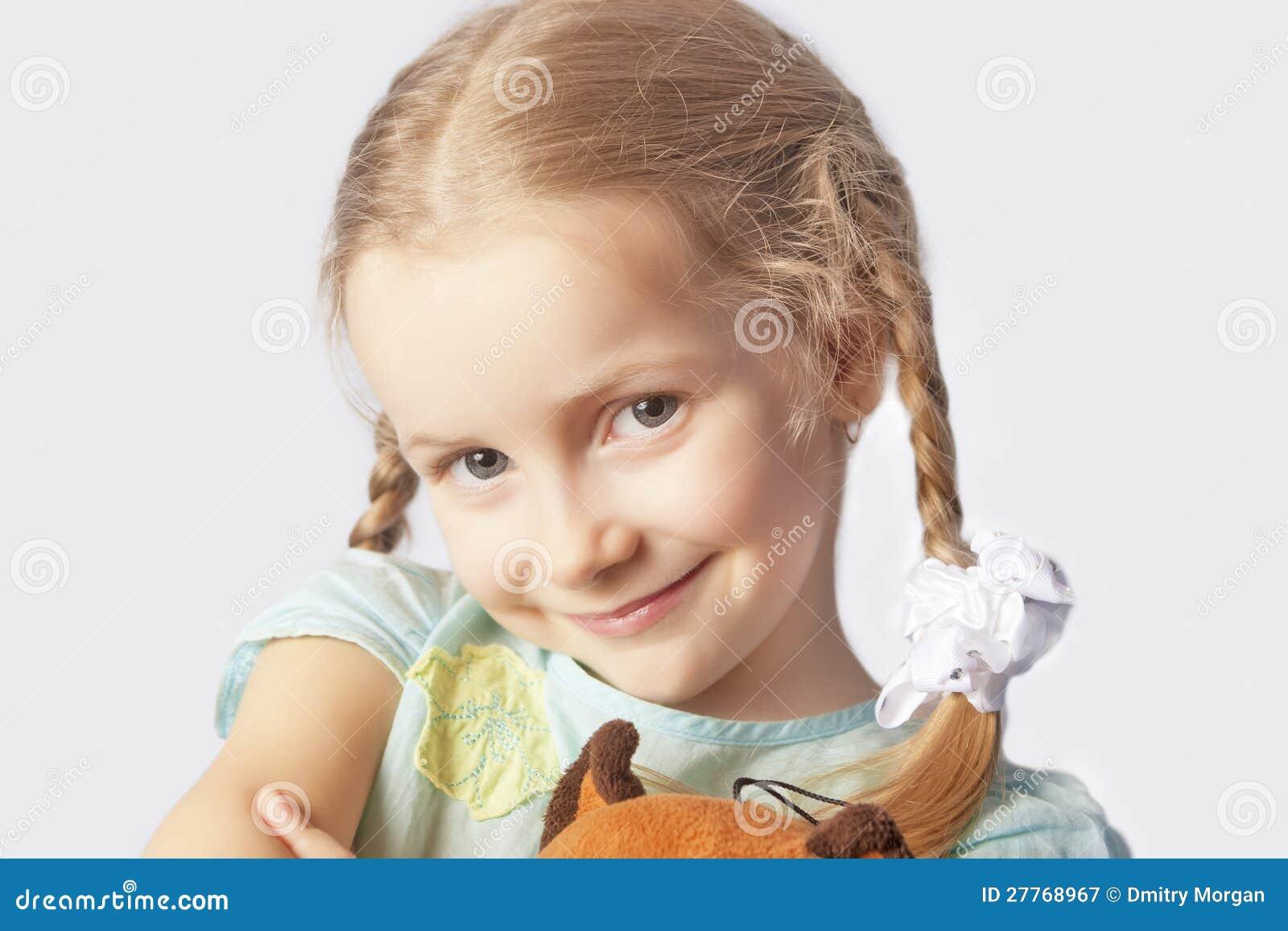 Verticale d une petite fille de sourire