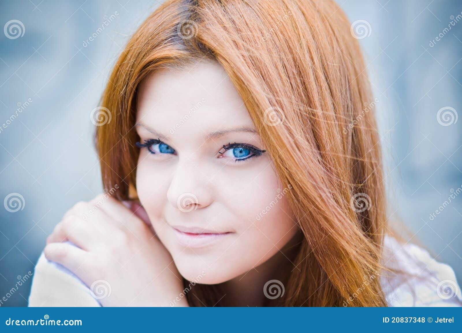 Verticale de belle fille aux yeux bleus dans la cl lev e photo stock image 20837348 - Fille au yeux bleu ...