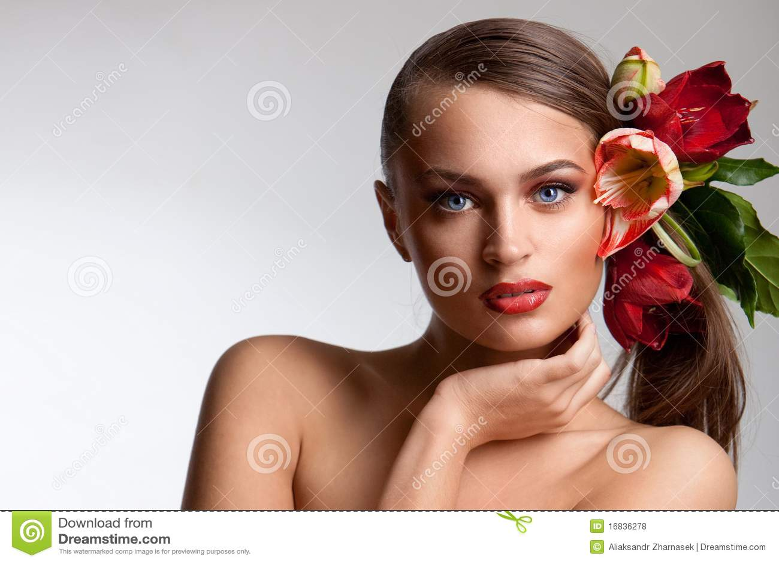 Verticale de belle fille avec des fleurs