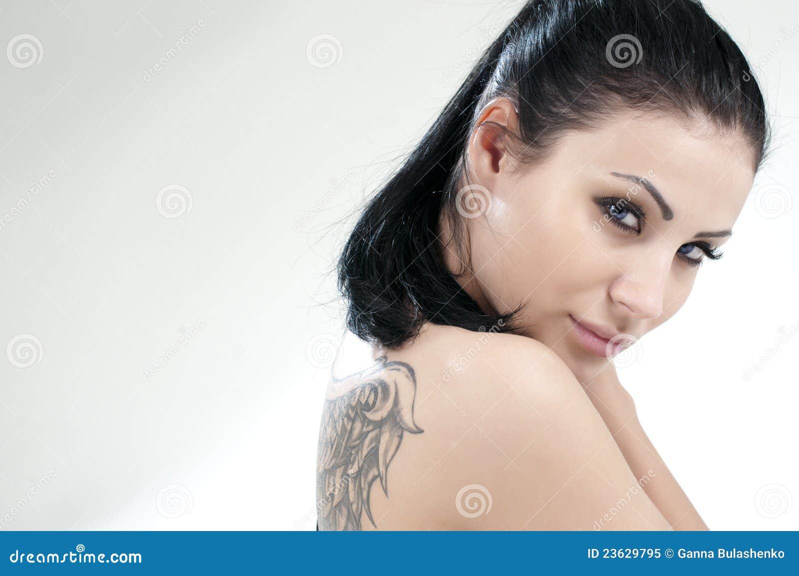 Verticale de belle fille avec le tatouage