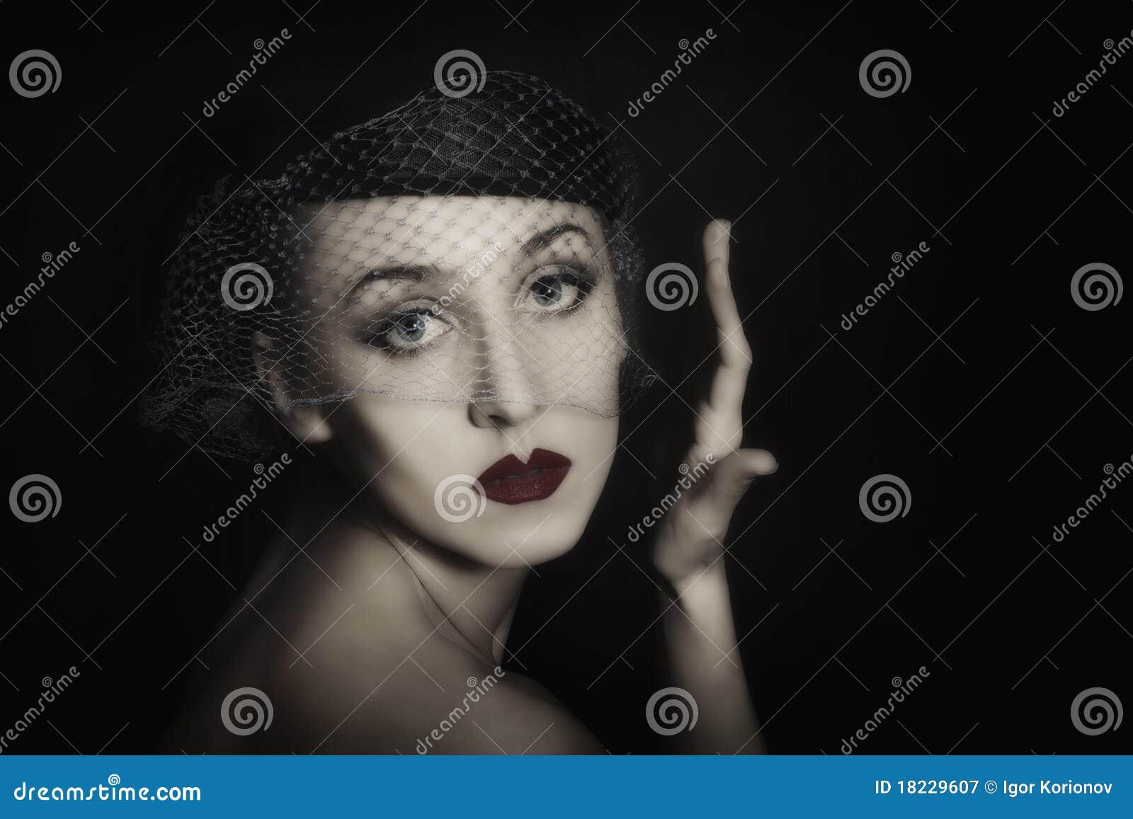 Verticale de belle jeune femme dans le voile