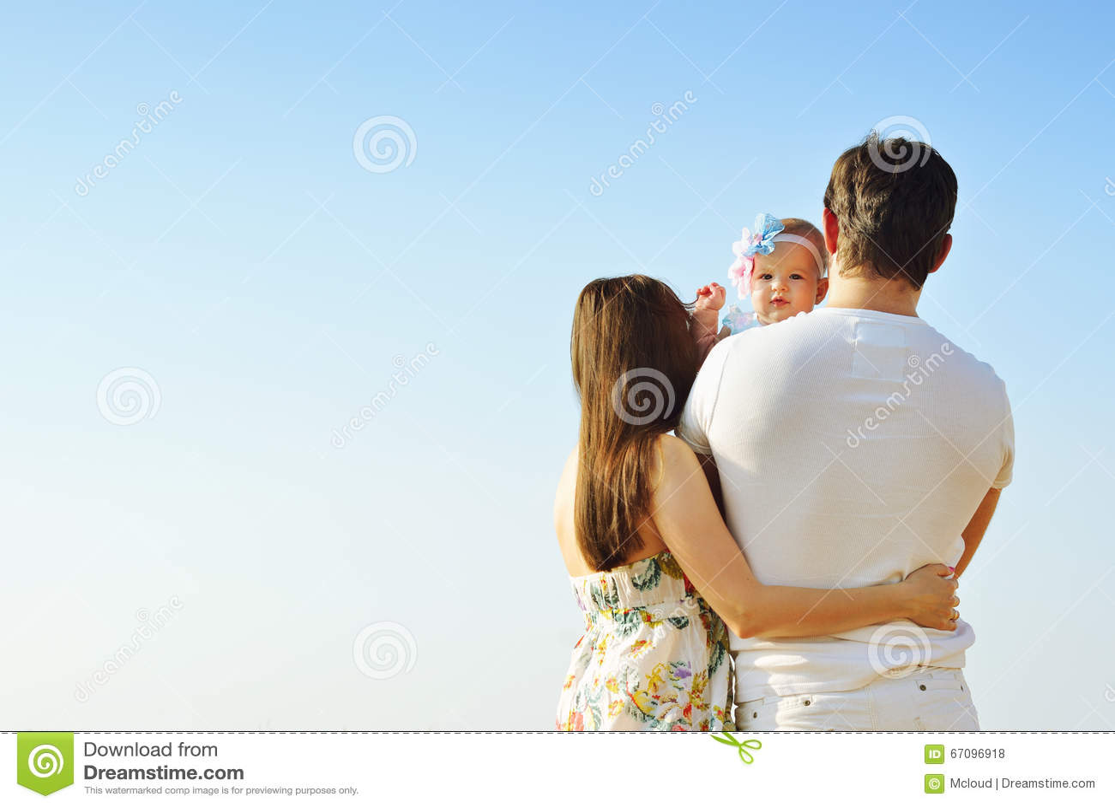 Verticale de famille Photo de père affectueux heureux, de mère et de leur bébé dehors Vue arrière