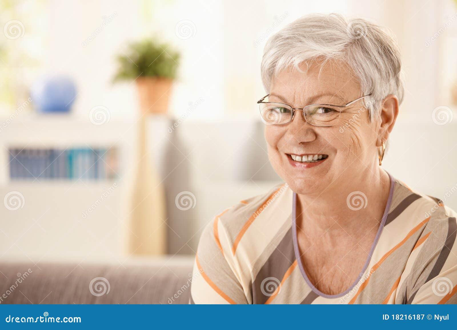 Verticale de femme âgée heureuse