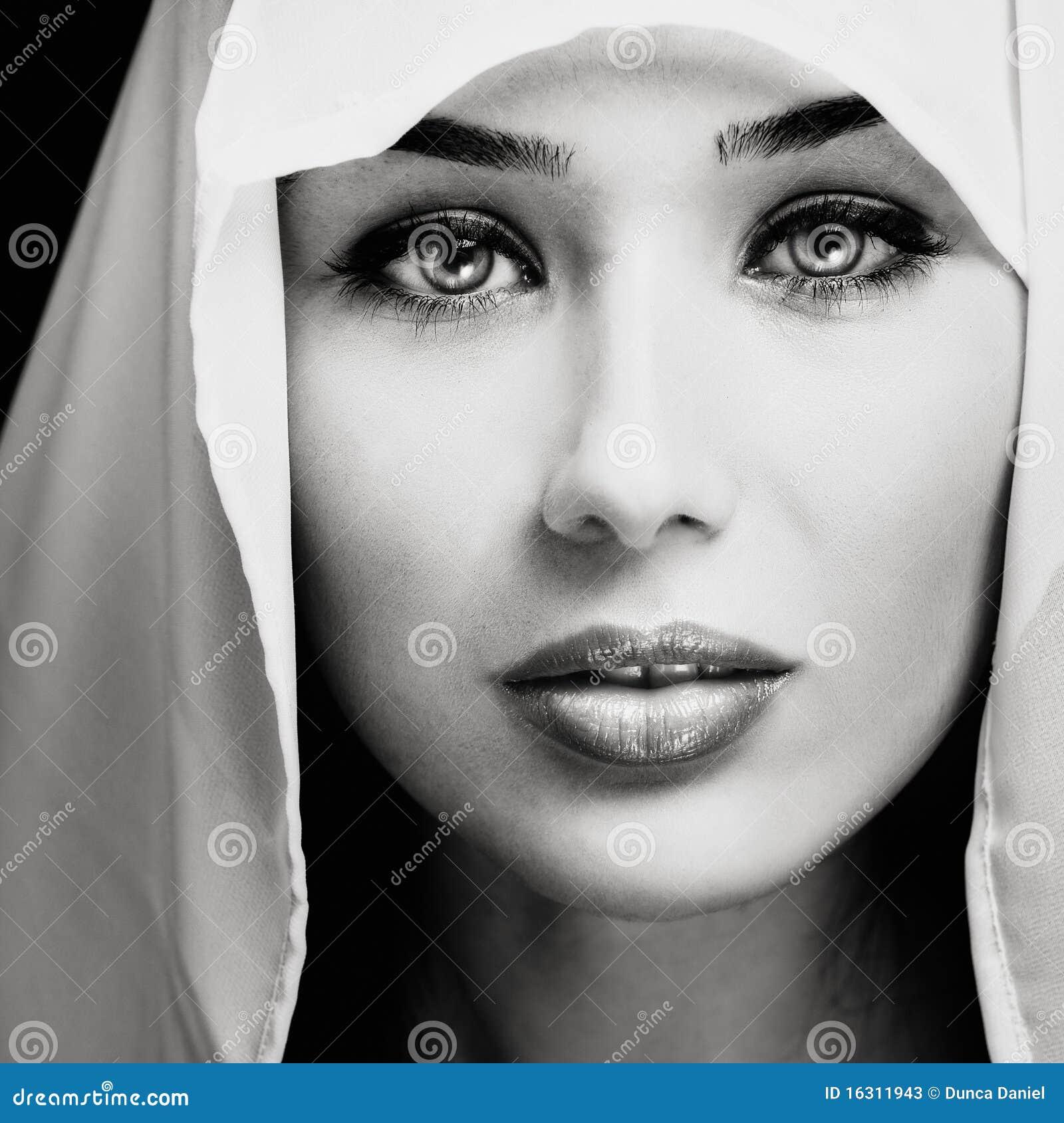 Femme obtenant le visage par le noir