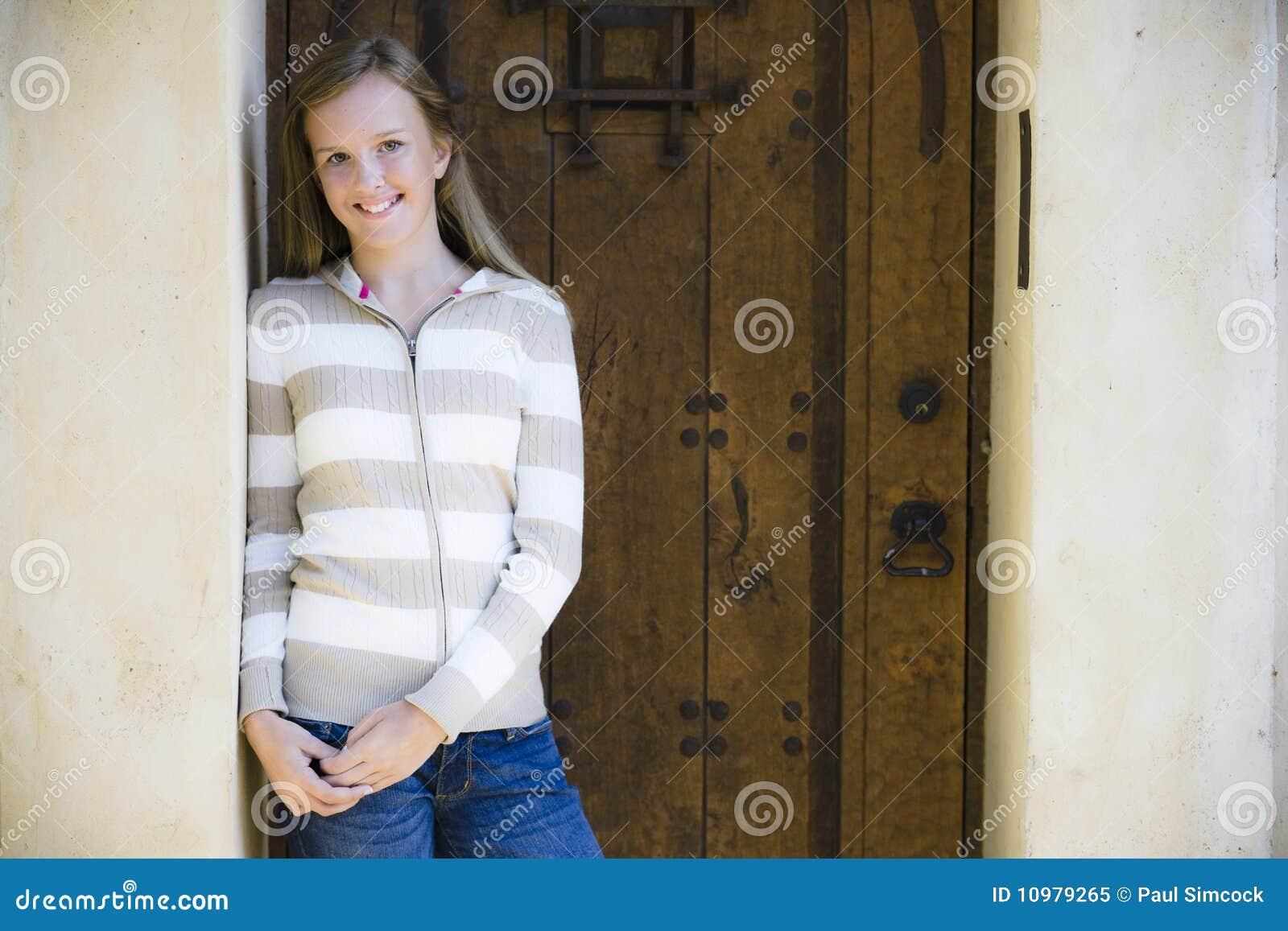 Verticale de fille de sourire de Tween