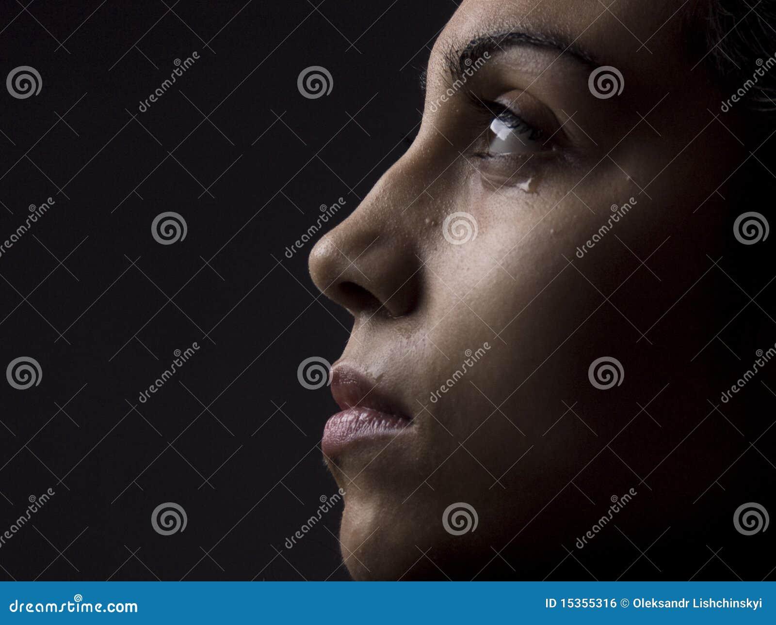 Verticale de fille pleurante