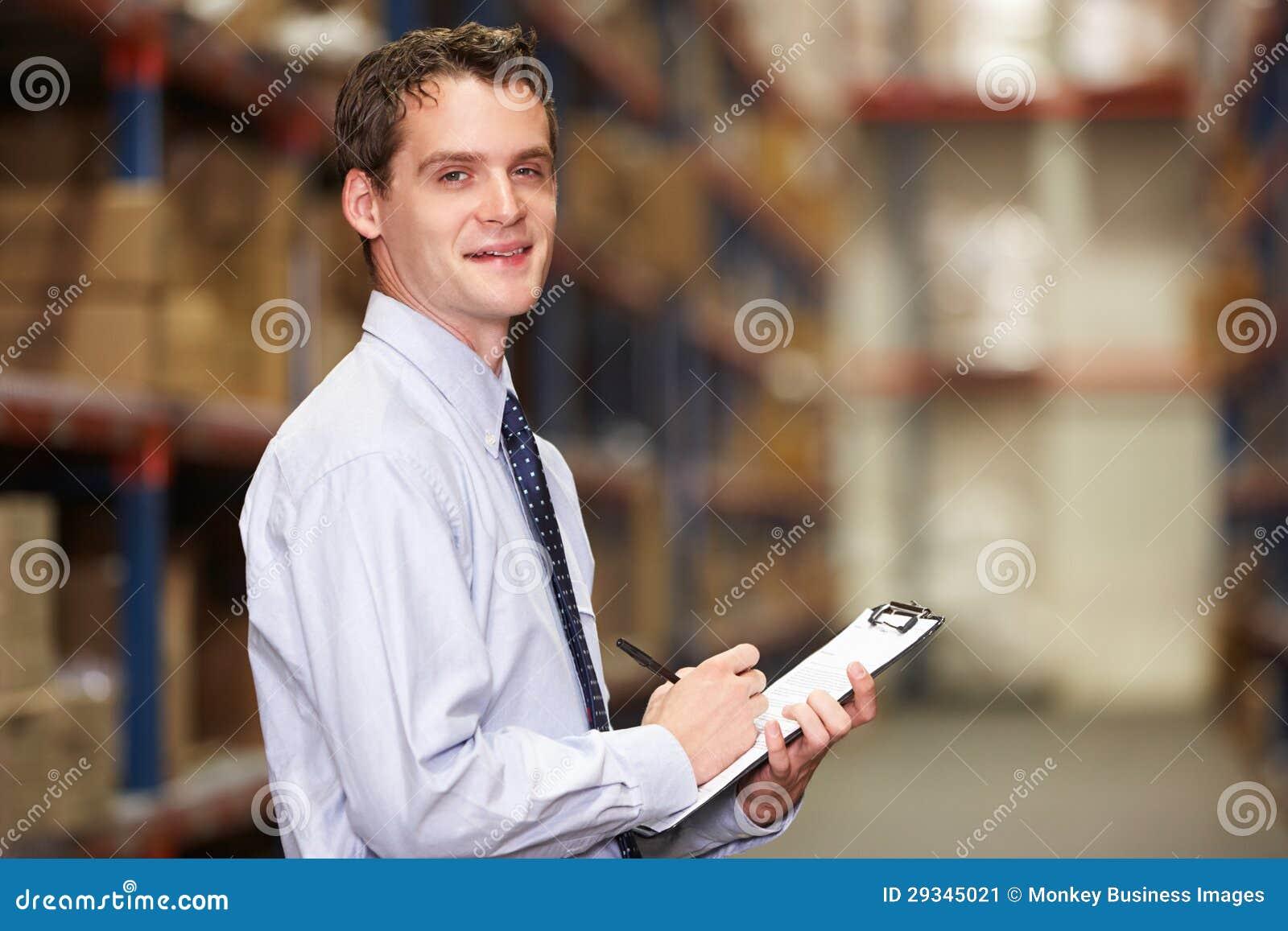 Verticale de gestionnaire dans l entrepôt avec le presse-papiers