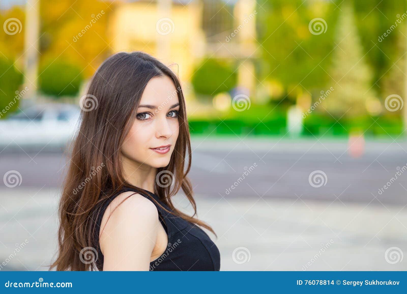 Verticale de jeune brunette de sourire