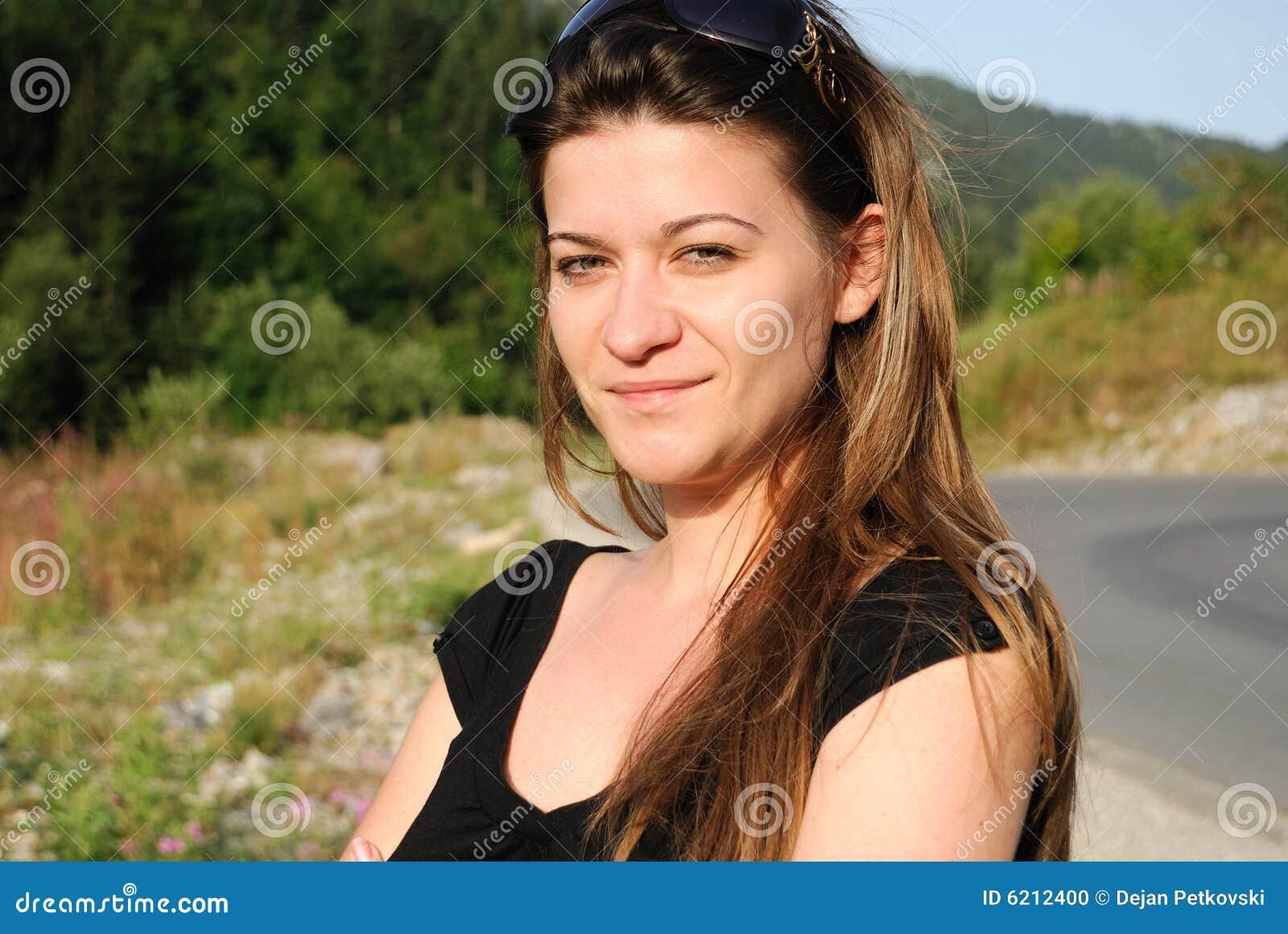 Verticale de jeune femme adulte