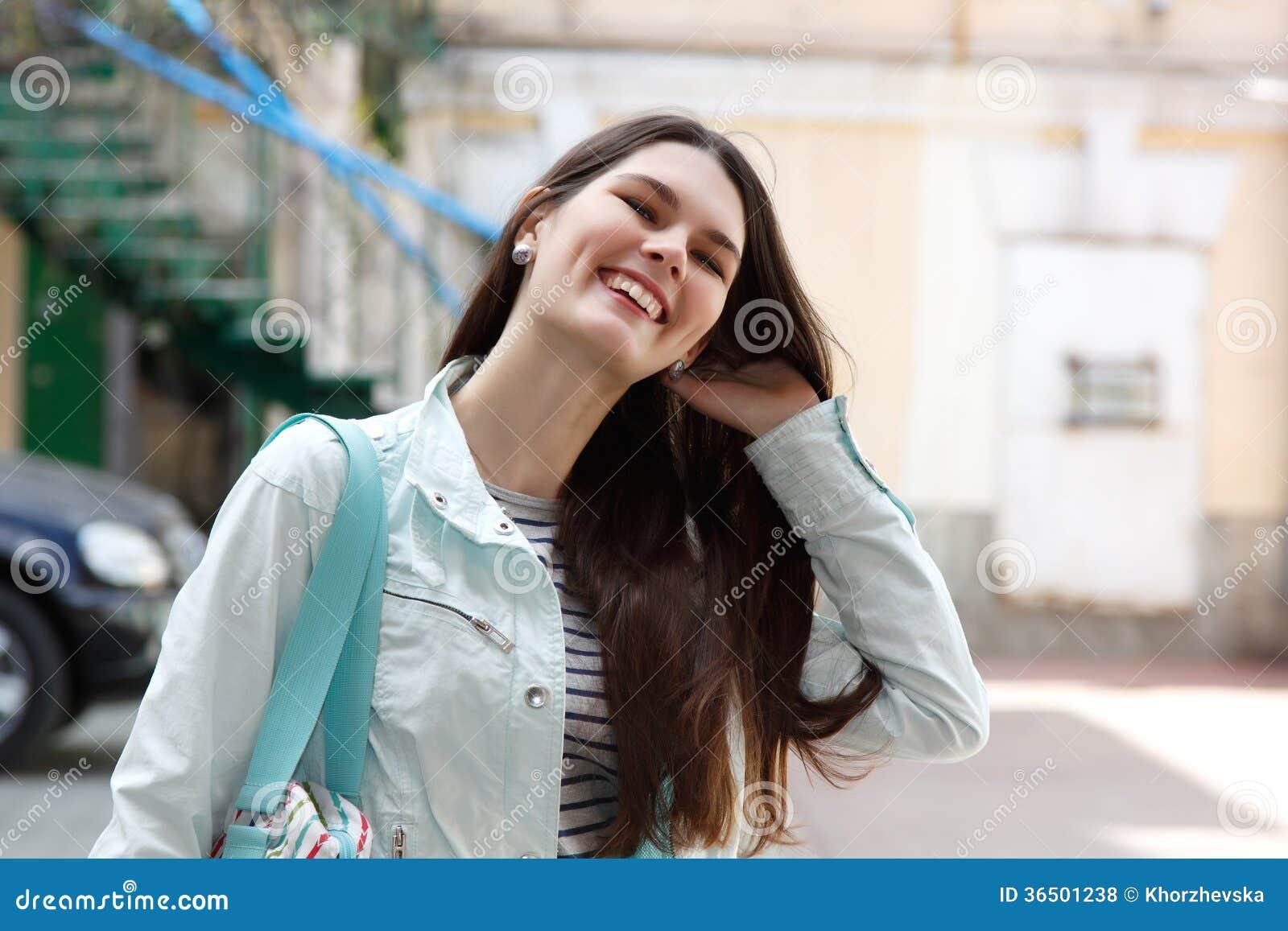 Verticale de jeune femme avec du charme
