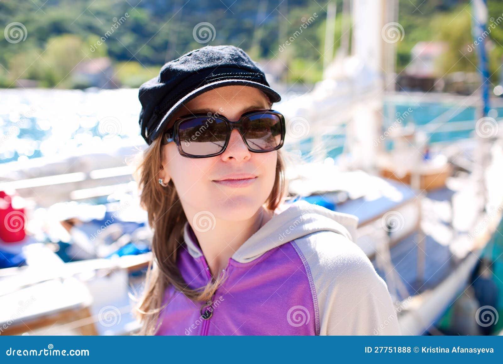 Verticale de jeune femme avec le yacht