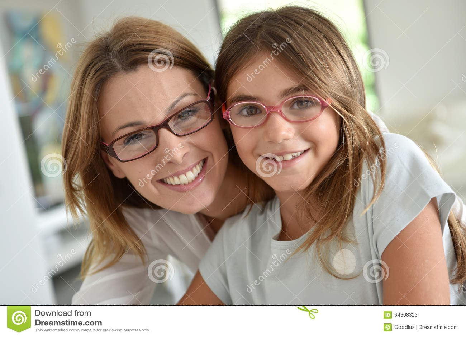 Verticale de jeune mère avec son descendant