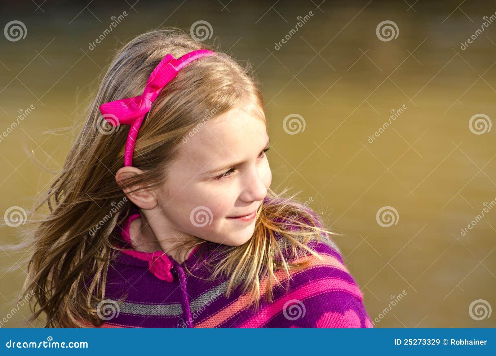 Verticale de l hiver de fille assez jeune