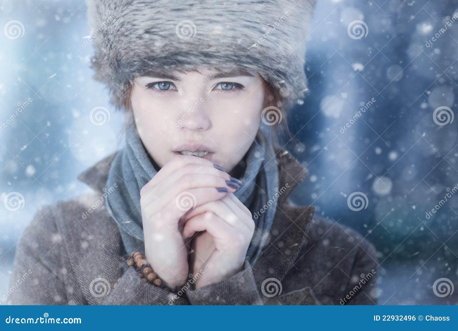 Verticale de l hiver de jeune femme
