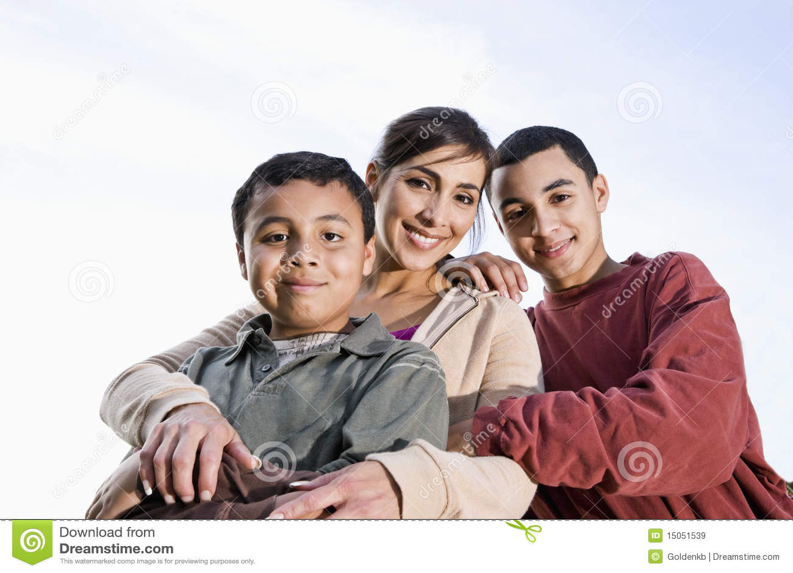 Verticale de mère et de fils hispaniques à l extérieur