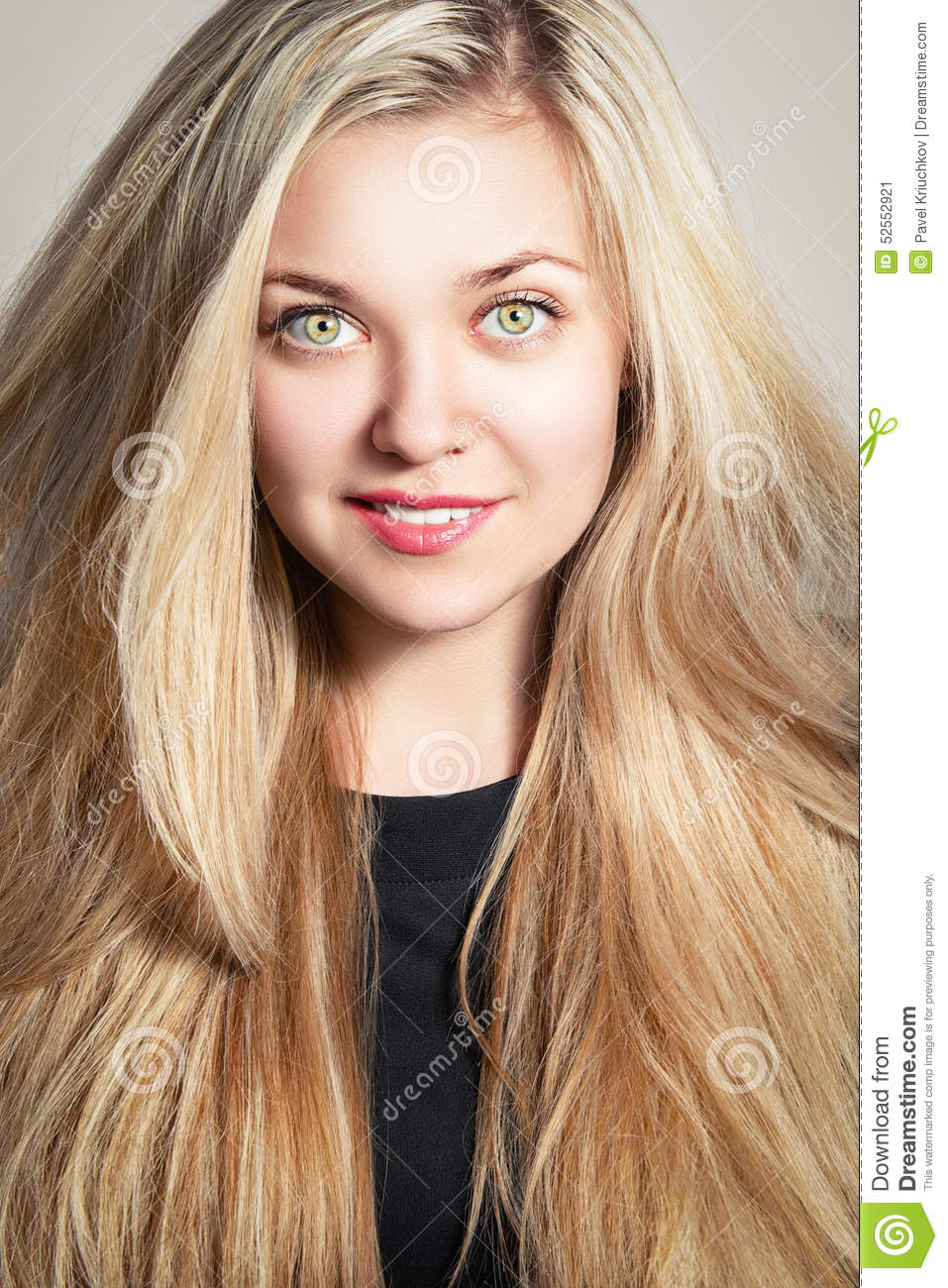 Une Fille French Teenage Fashion For Spring 2016: Verticale De Mode D'une Belle Fille Blonde Image Stock
