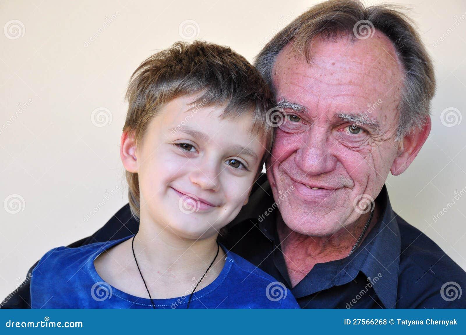 Verticale de père et de fils de sourire