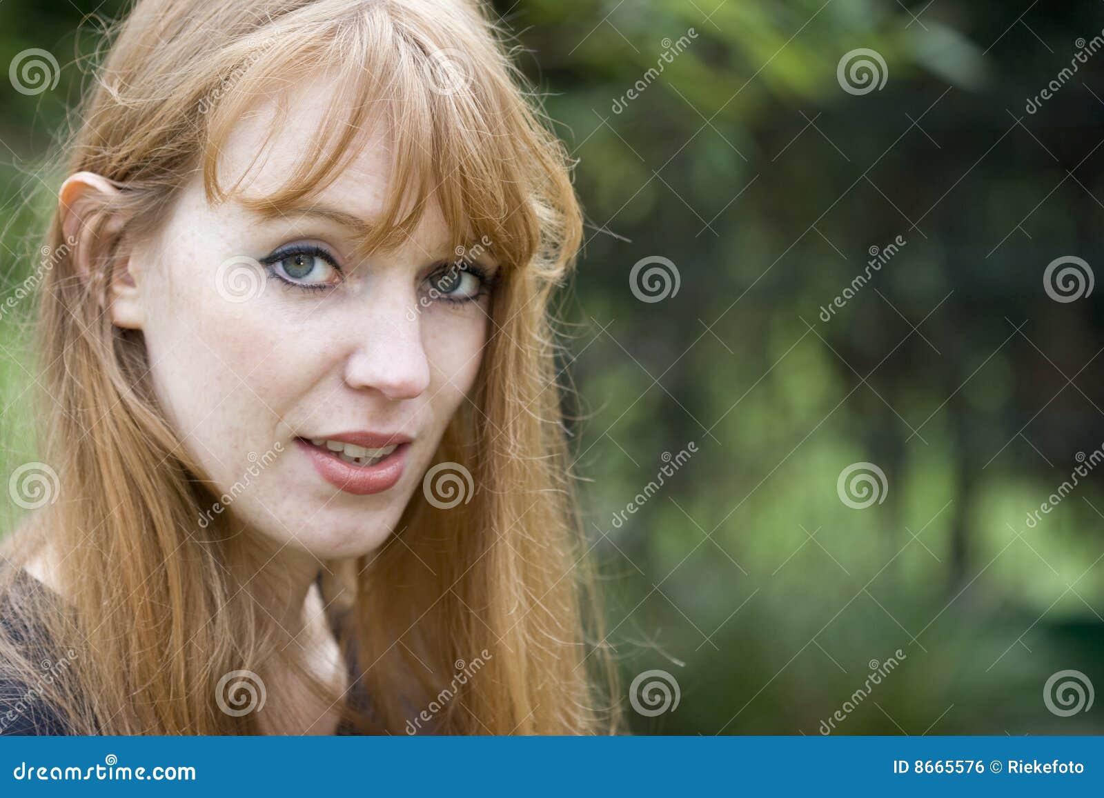Verticale de parler Red-haired de femme