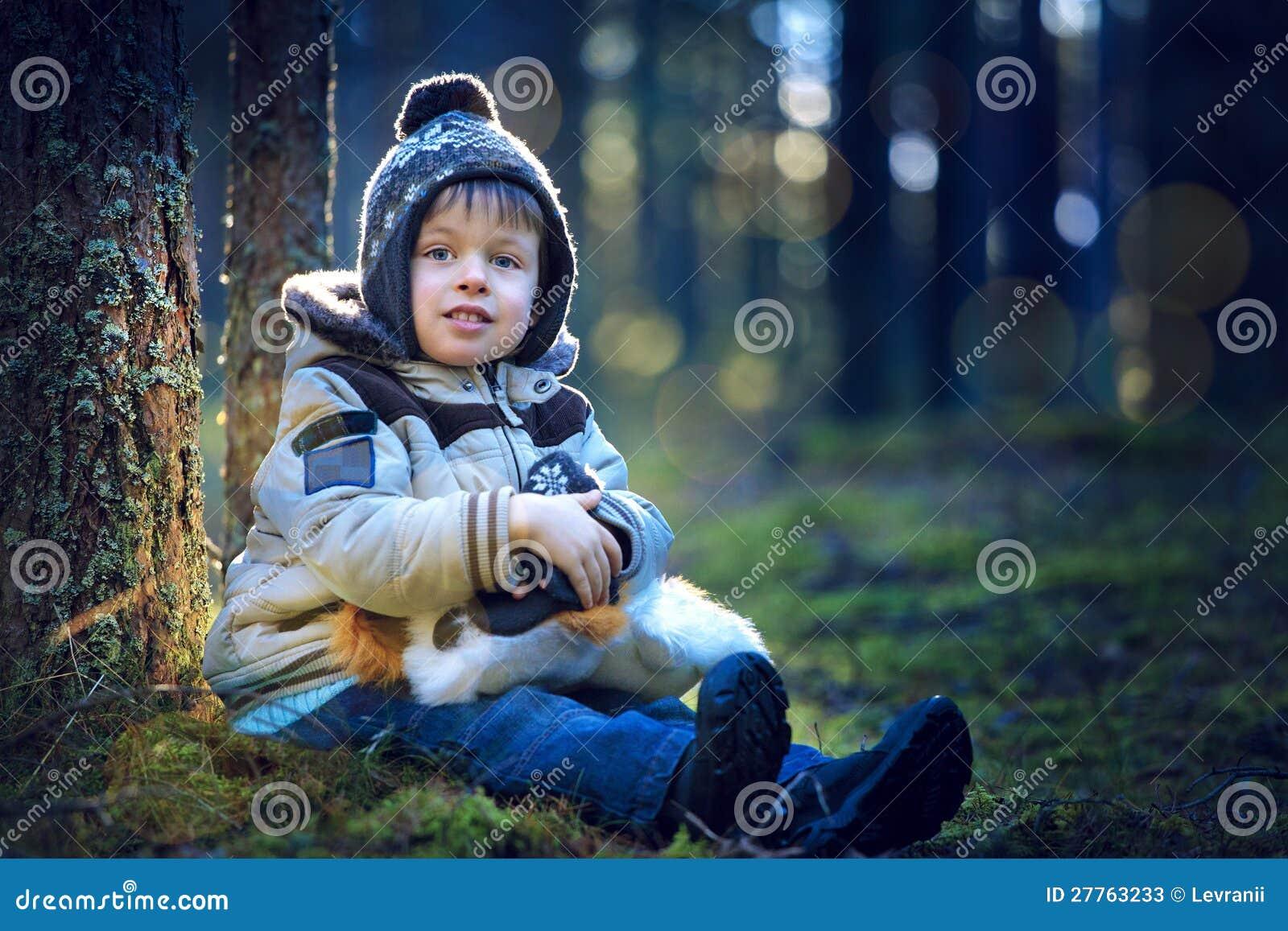 Verticale de petit garçon à l extérieur le jour froid