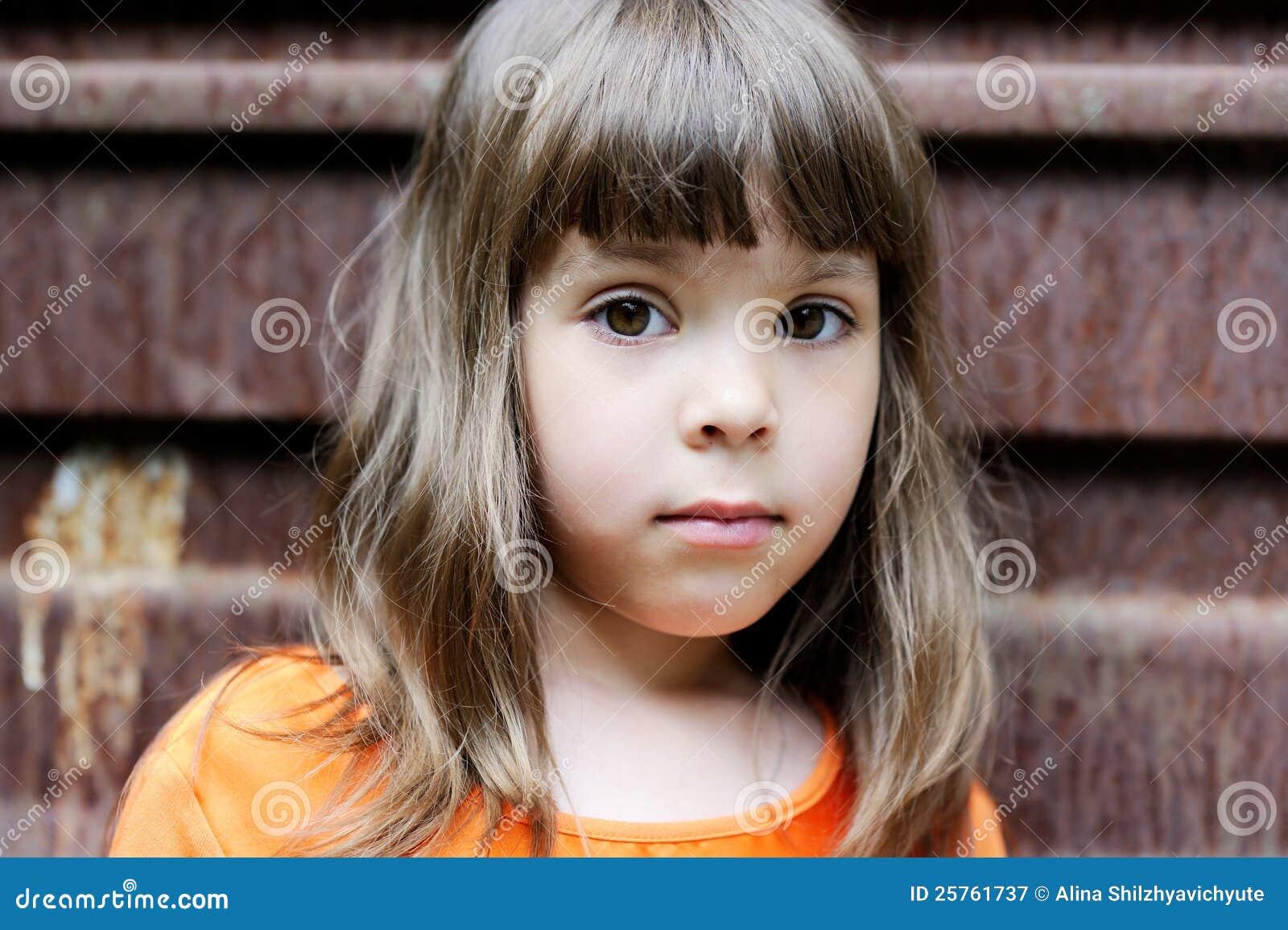 verticale de petite fille avec la coiffure l gante image. Black Bedroom Furniture Sets. Home Design Ideas