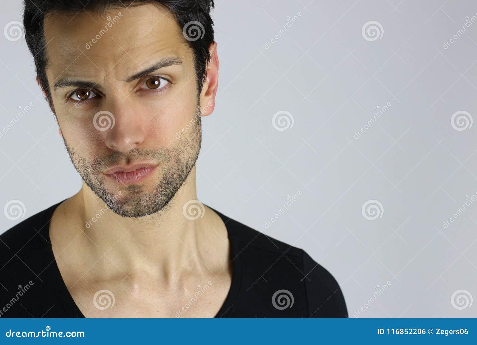 Verticale de plan rapproché d un jeune homme beau