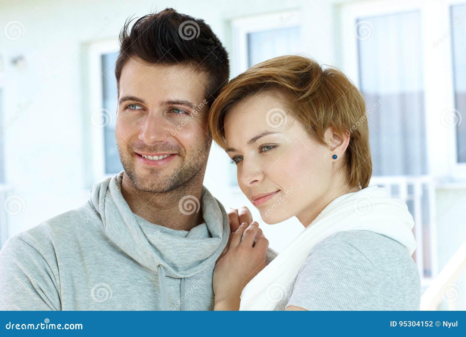 Verticale de plan rapproché de jeunes couples