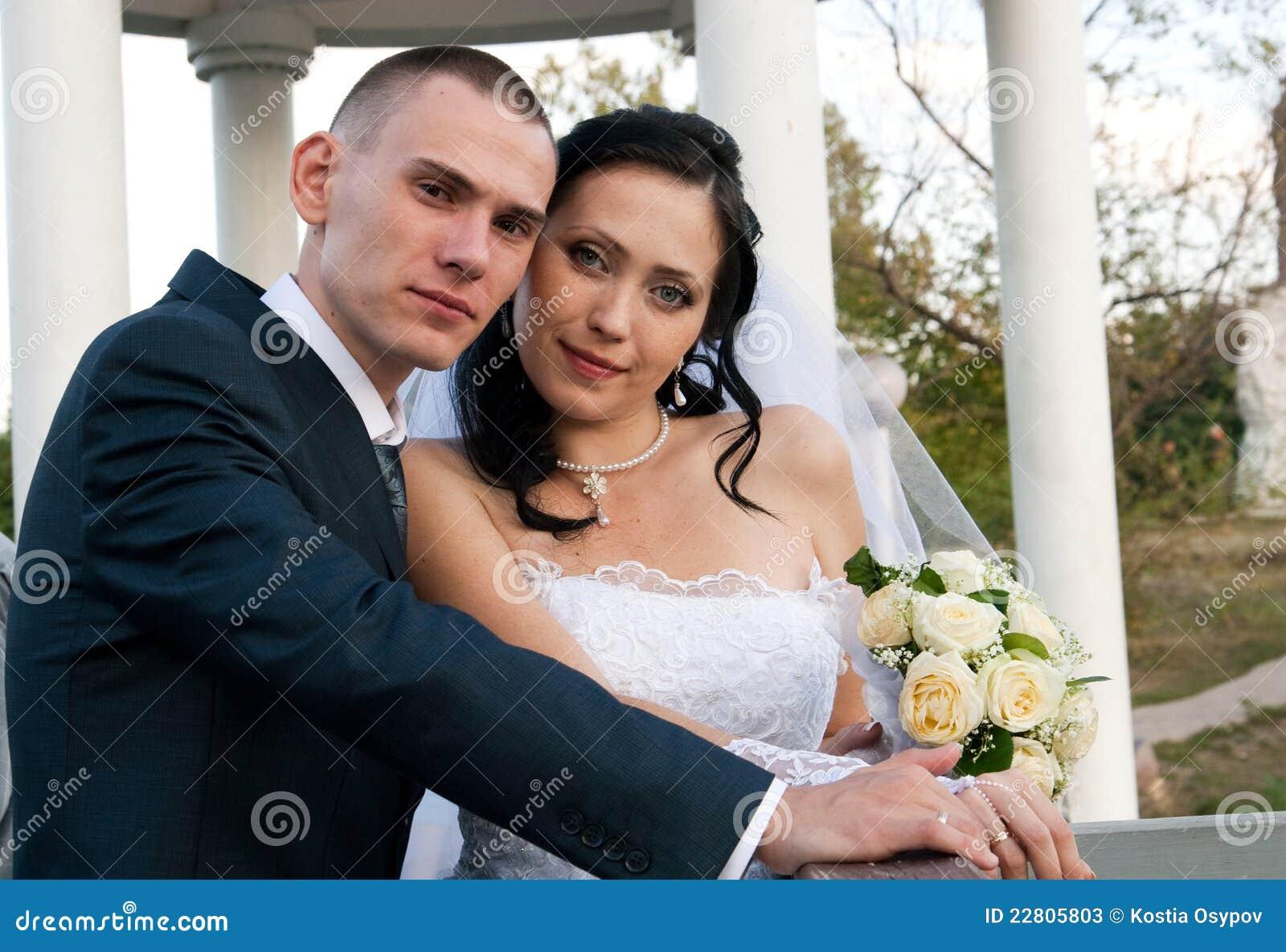 verticale de plan rapproch d 39 un jeune couple mari photos stock image 22805803. Black Bedroom Furniture Sets. Home Design Ideas