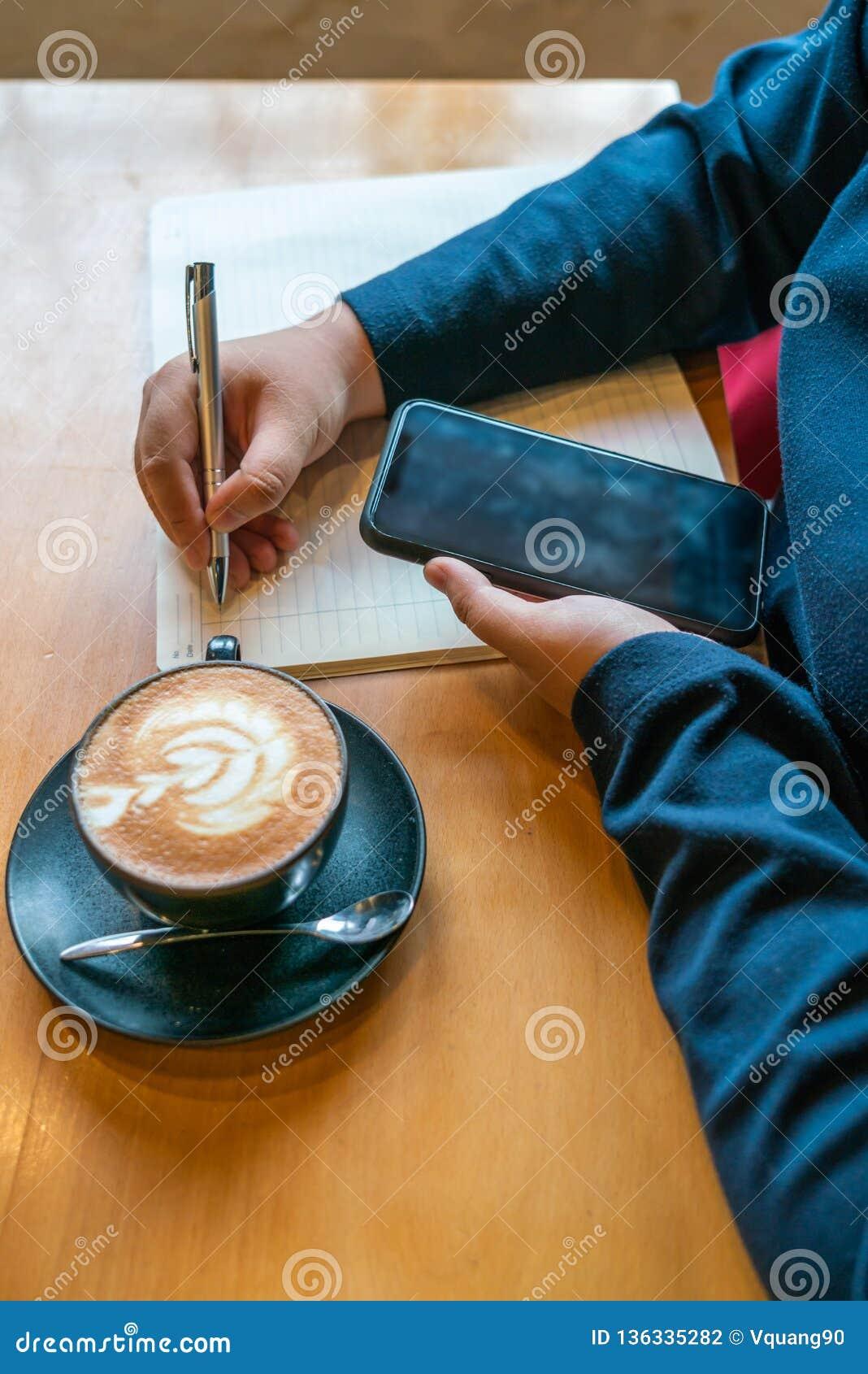 Verticale foto van jonge meisje het schrijven nota s