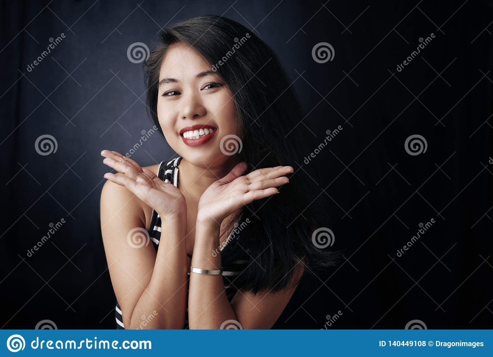 Verticale heureuse de femme