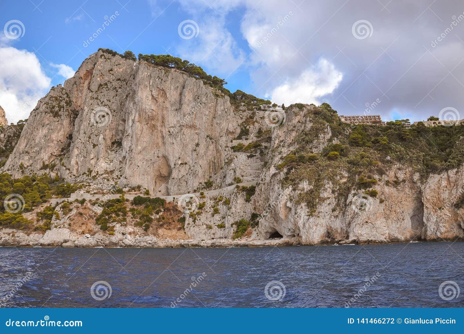 Verticale klippen van de kust van het Eiland Capri