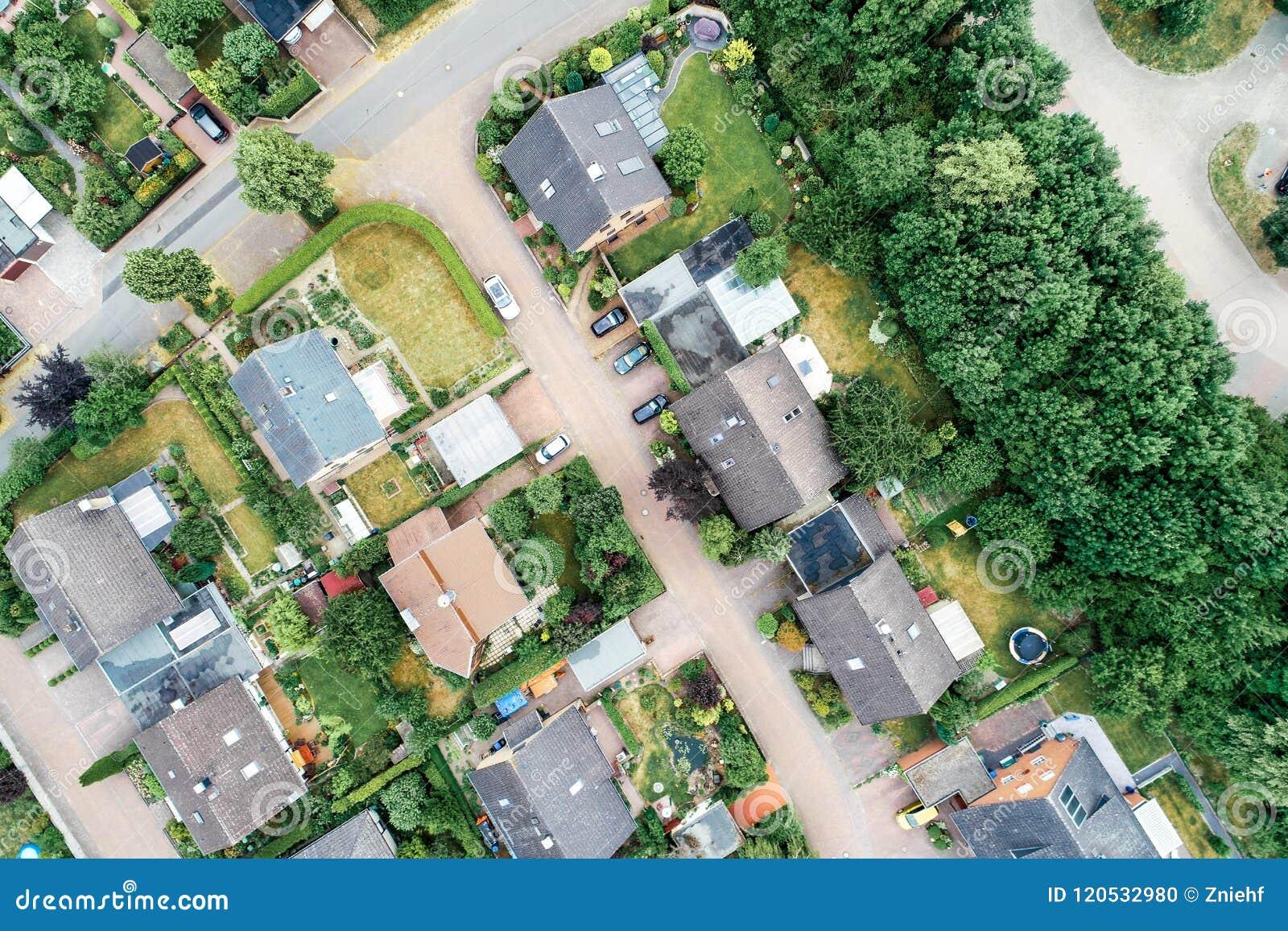 Verticale luchtmening van een regeling in de voorsteden in Duitsland met losgemaakte huizen, dichte buurt en tuinen voor hou