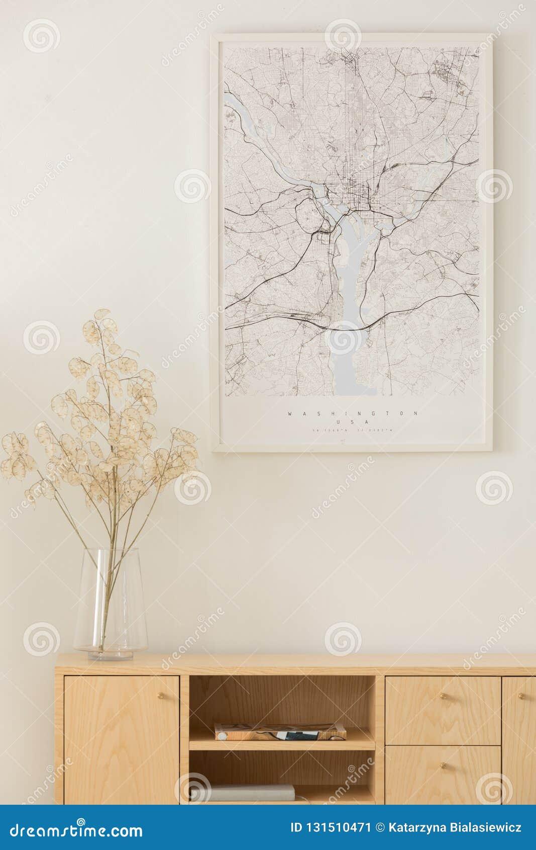 Verticale mening van kaart boven houten kabinet