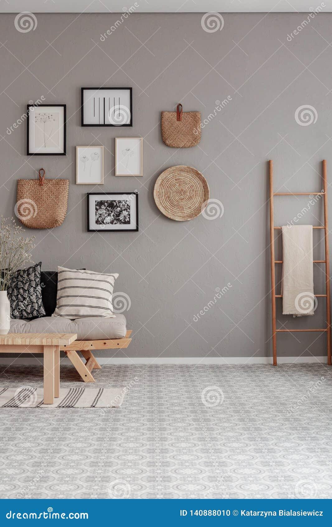 Verticale mening van mooi woonkamerbinnenland met houten ladder met deken