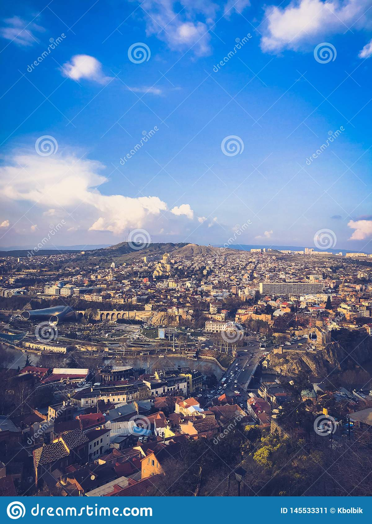 Vertikale Ansicht von der Spitze von einer H?he einer sch?nen touristischen Stadt mit Geb?uden und H?usern, der D?cher der B?ume
