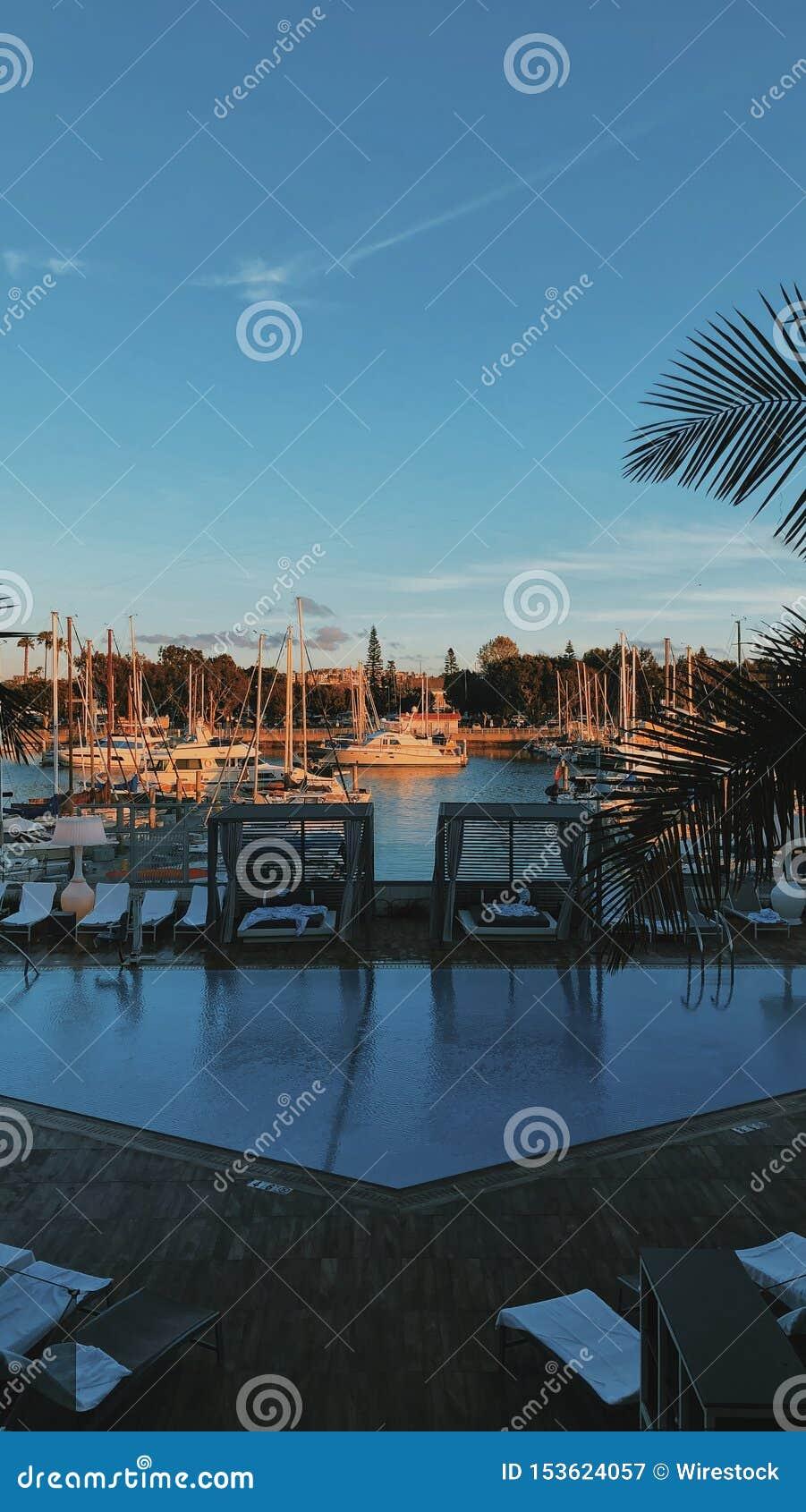 Vertikalt skott av skeppsdockan i Marina del Rey, Förenta staterna