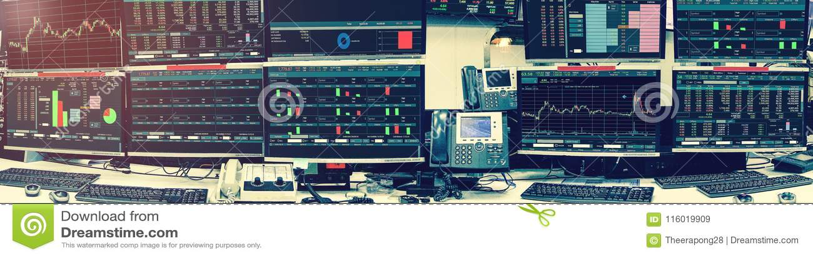 Vertoning van effectenbeurscitaten en grafiek in roo van de monitorcomputer