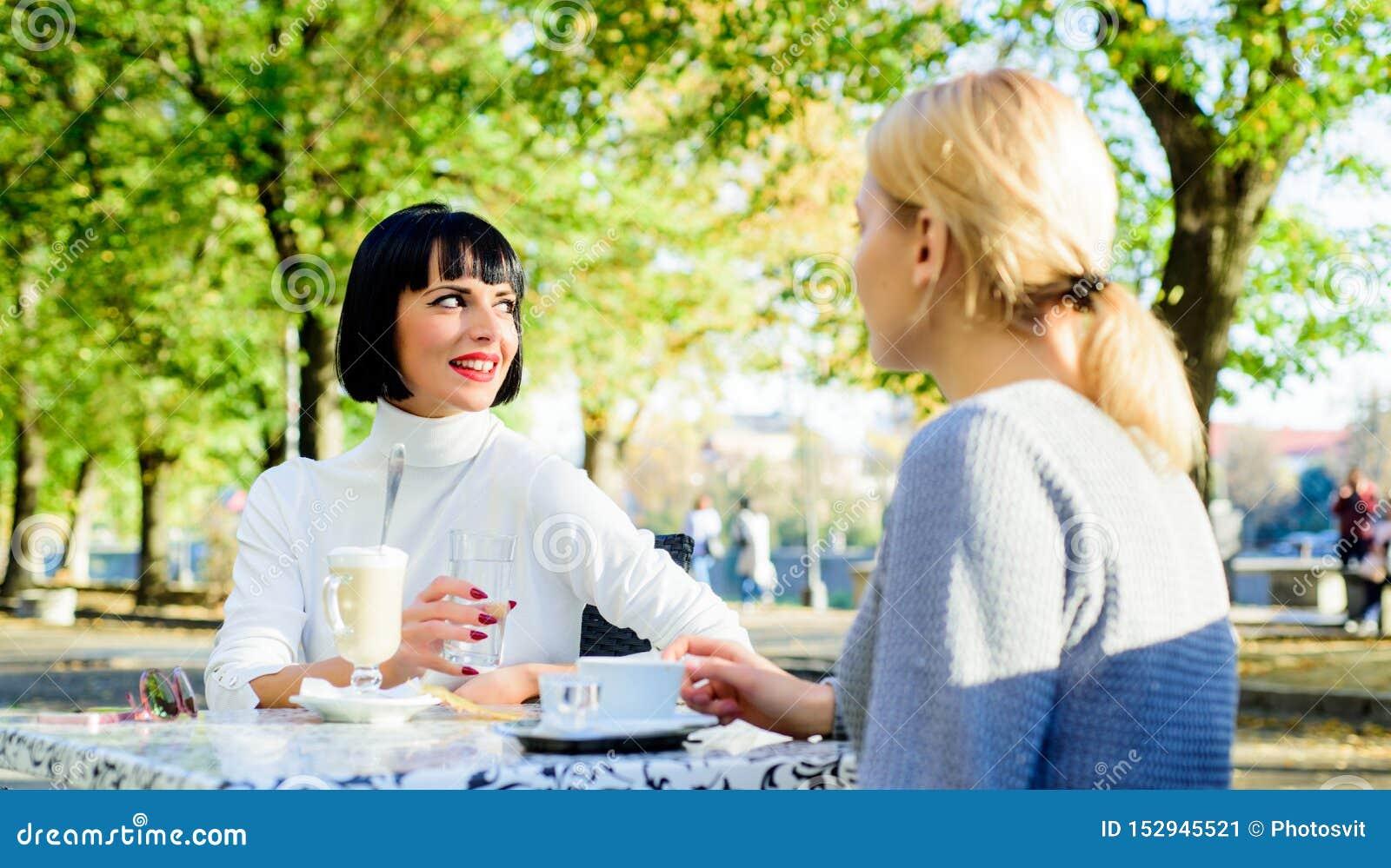 Vertrouwende mededeling De meisjesvrienden drinken koffie en genieten van bespreking Ware vriendschaps vriendschappelijke dichte