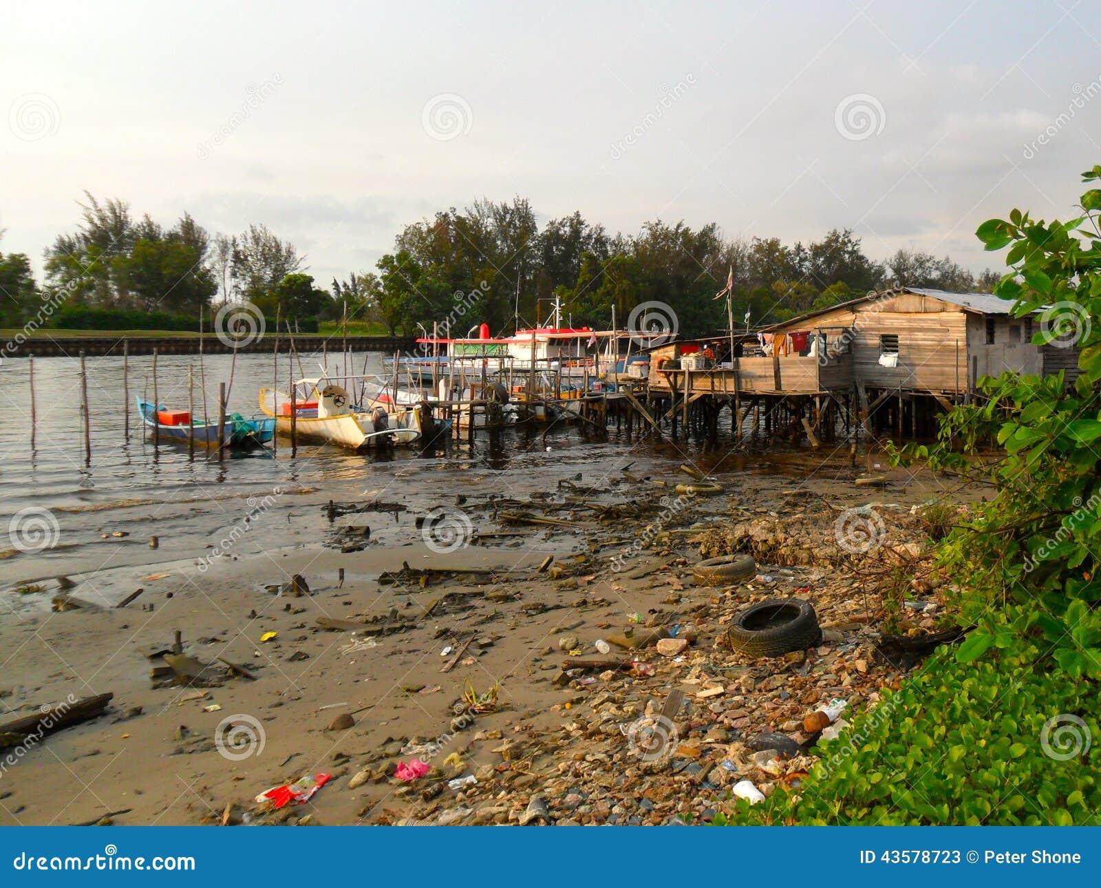 Verunreinigter Fluss und Bootsdock in Miri Sarawak
