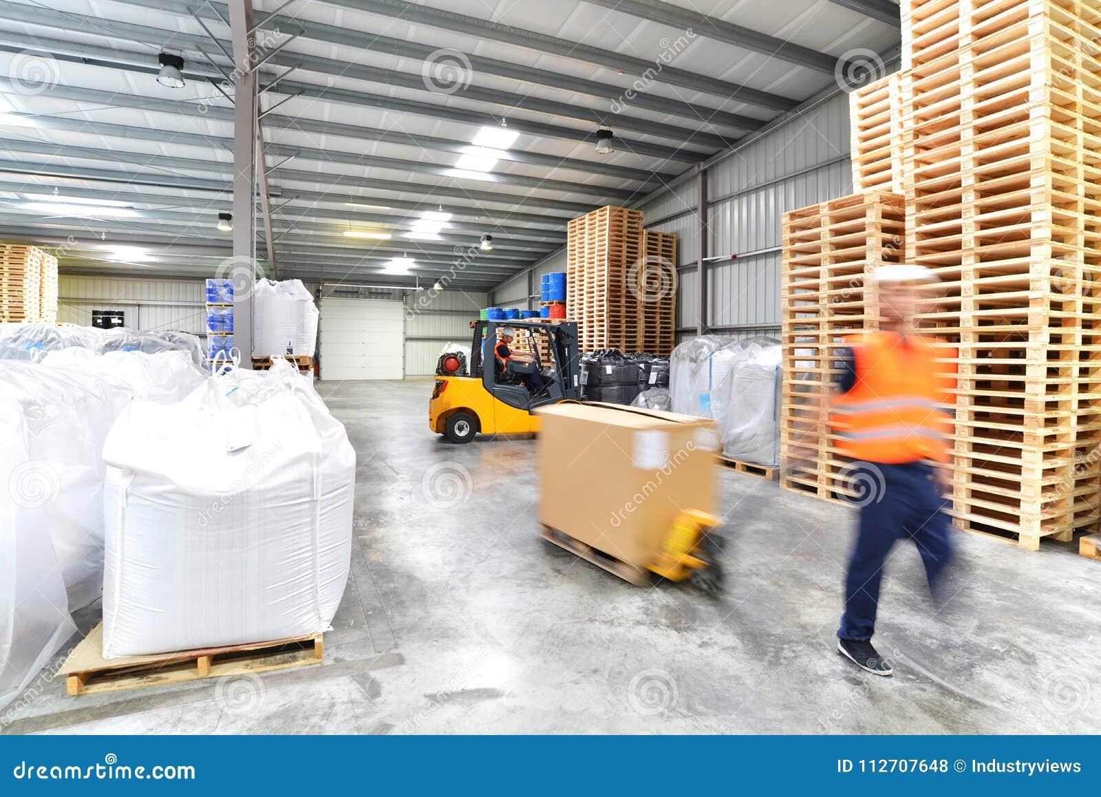 Vervoer en logistiek in een pakhuis van een expediteur - w