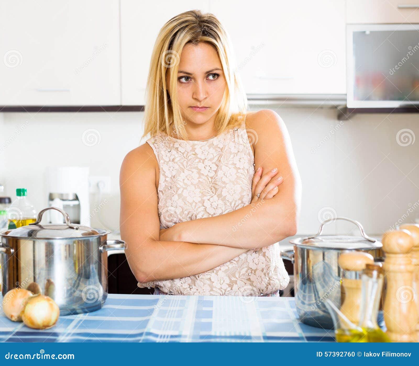 Verwarde huisvrouw in de keuken