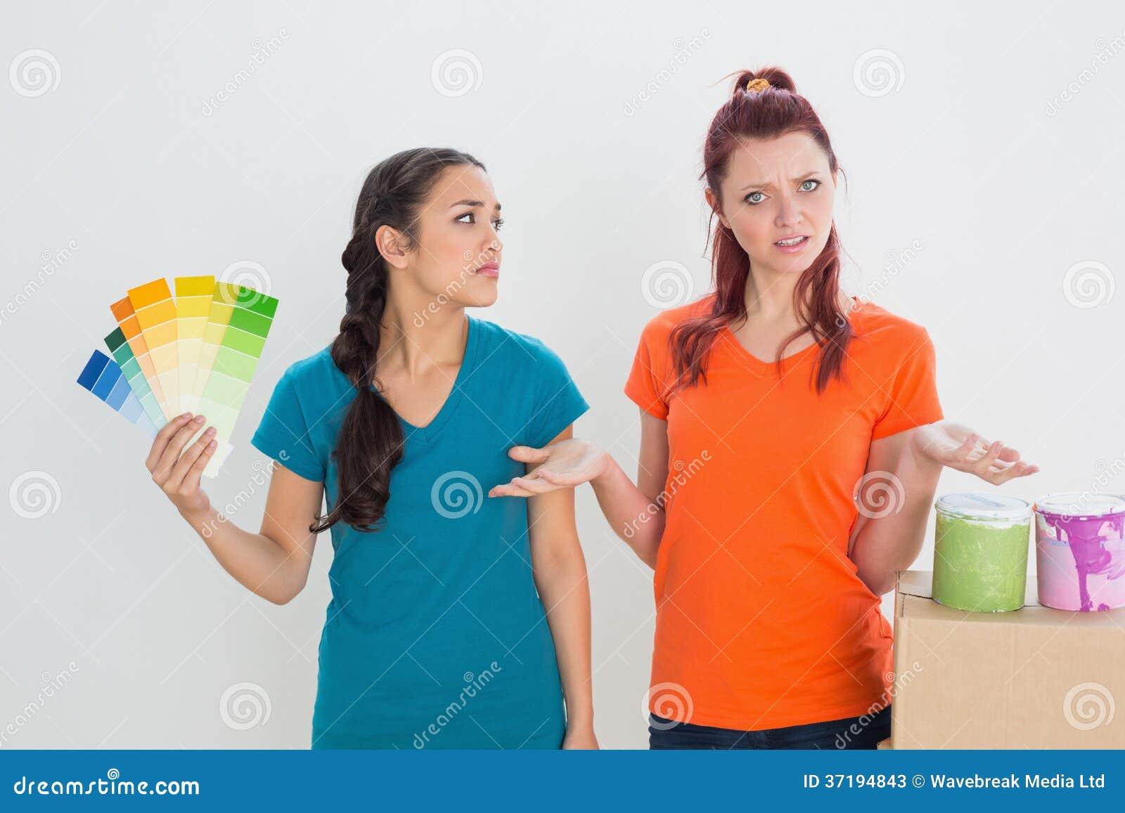 Verwarde vrienden die kleur voor het schilderen van een ruimte kiezen stock foto 39 s afbeelding - Kleur voor een entry ...