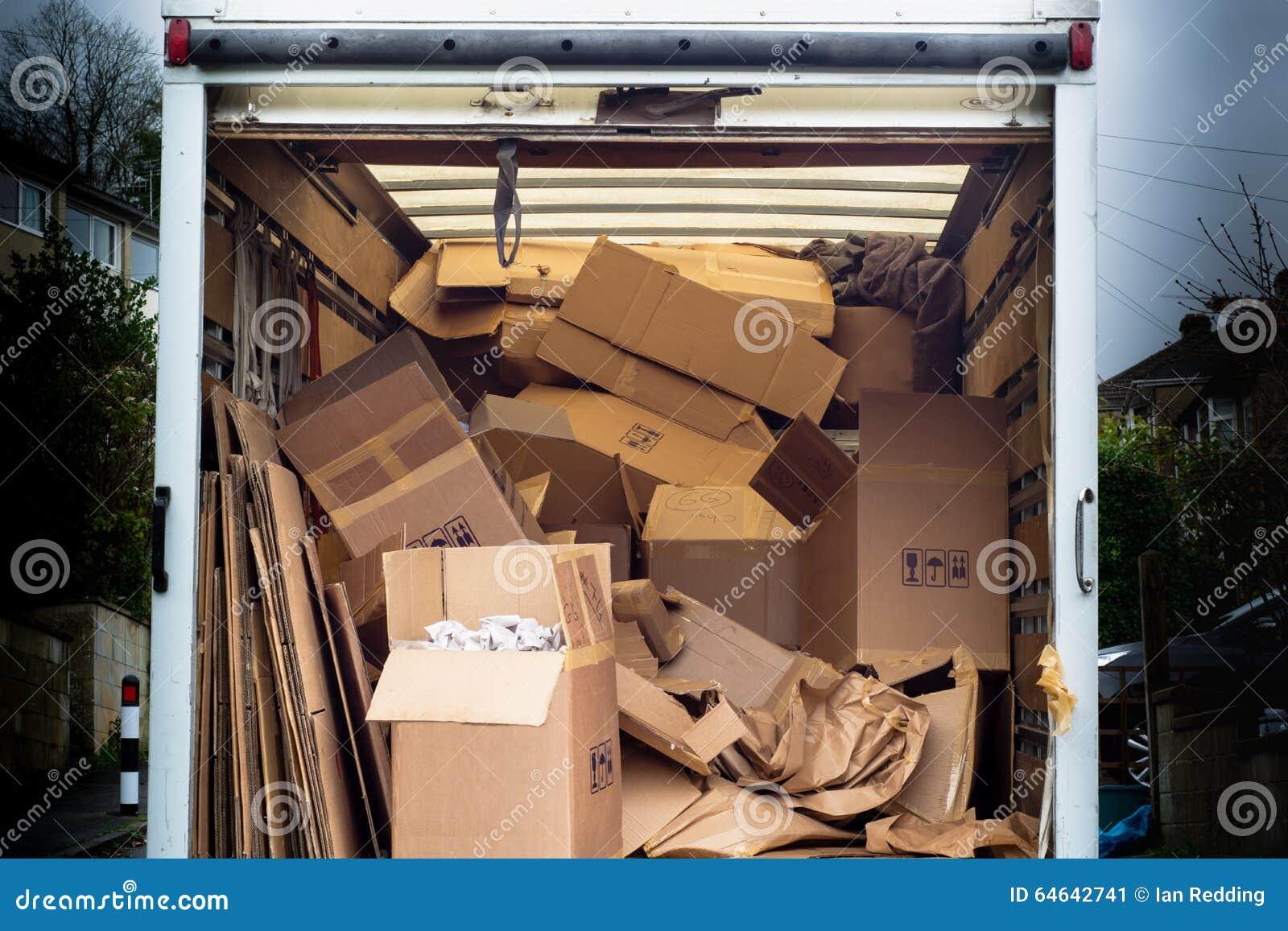 Verwijderingsbestelwagen met onordelijke binnen gedumpte dozen