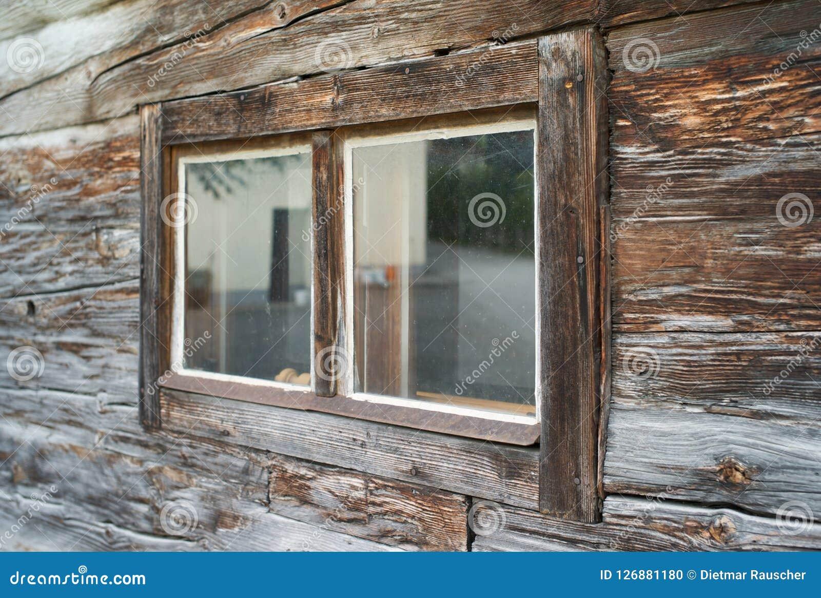 Verwittertes altes Fenster eines Holzhauses