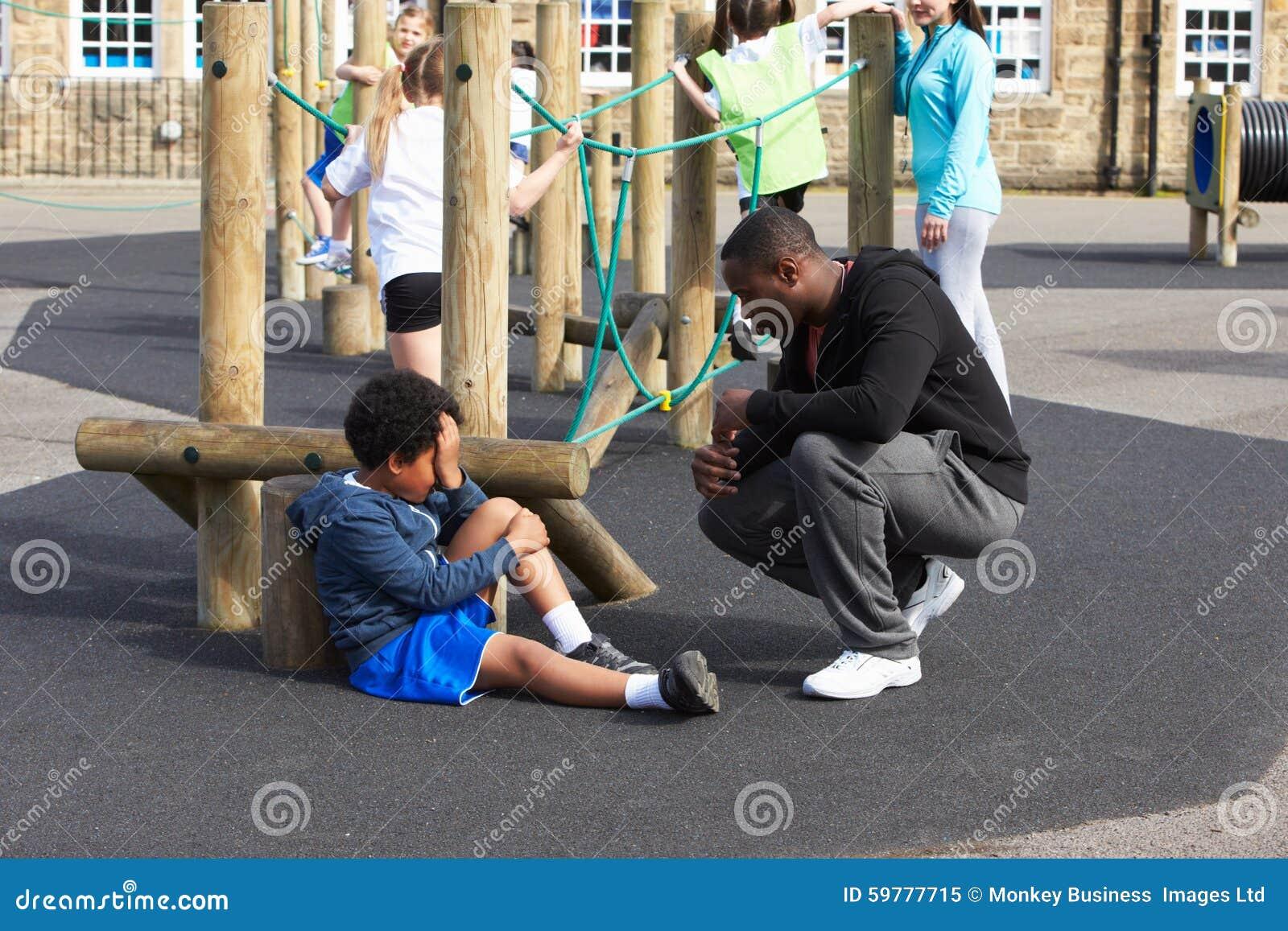 Verwond Kind tijdens de Klasse van de School Lichamelijke opvoeding