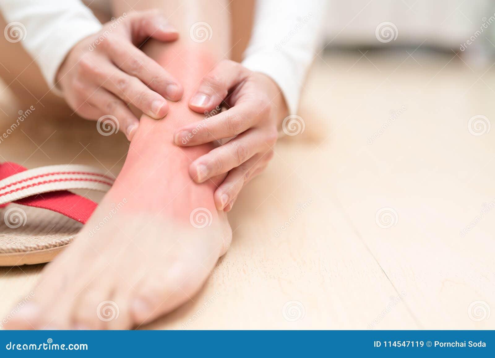 Verwonden de de verwondings pijnlijke vrouwen van de beenenkel wat betreft het been pijnlijk met rood hoogtepunt Gezondheidszorg