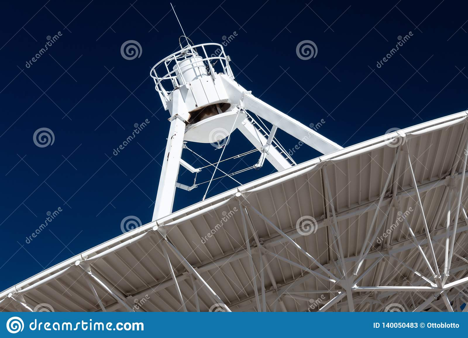 Very Large Array zamyka widok spód radiowej anteny naczynie VLA przeciw głębokiemu niebieskiemu niebu, eksploracja przestrzeni ko