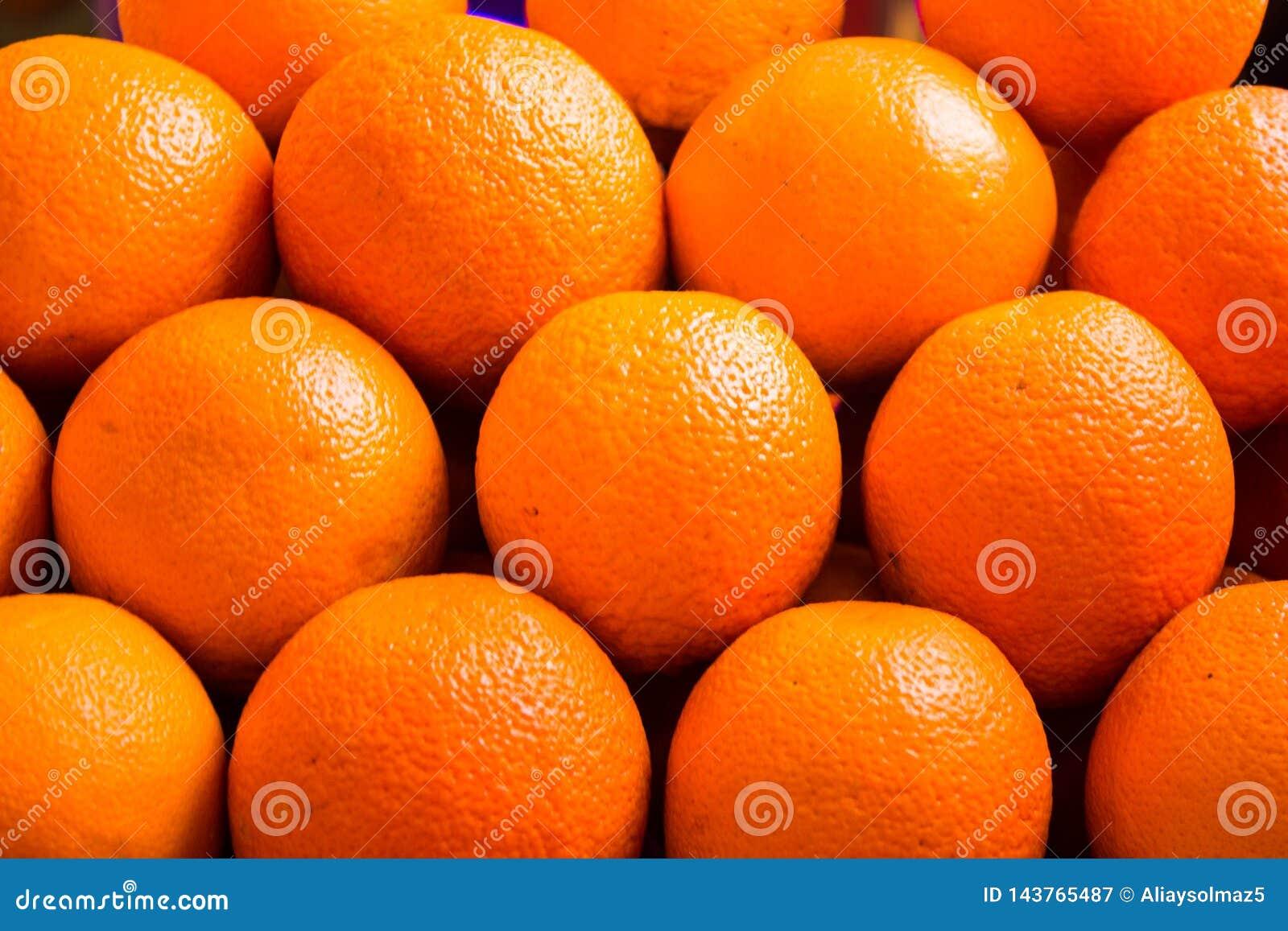 Verzierte Orange auf dem Markt-Regal